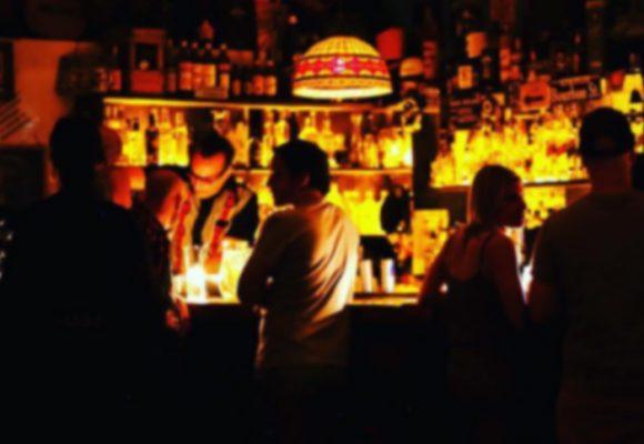 Los bares que antes solo dejaban entrar monitos bien, ahora suplican ayuda