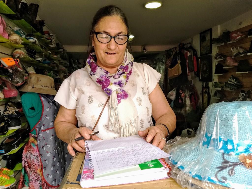 Desde que aclara hasta que anoche, 'Toyita' está concentrada con el trabajo de casa, su almacén y la inspiración. Foto: La Pluma & La Herida