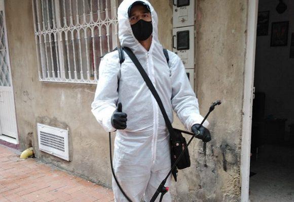 Ricardo González y su cuadrilla de desinfección