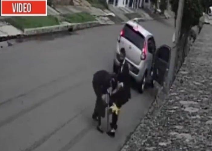 VIDEO: La robaron, la patearon, la humillaron: no paran los robos en Bogotá