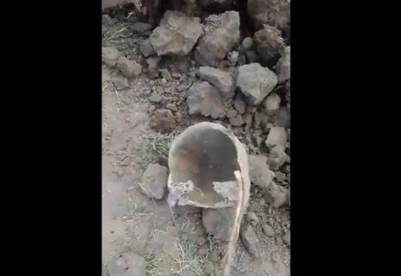 VIDEO: Encuentran restos humanos en fosas excavadas para fallecidos por COVID-19
