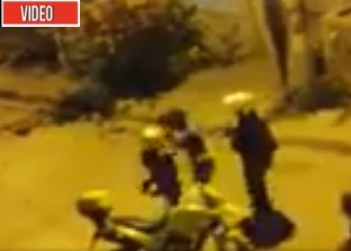 VIDEO: Dos policías propinan brutal golpiza a señora en Cartagena