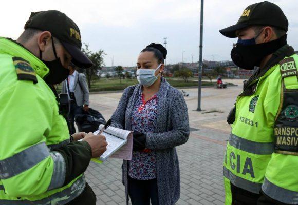 Multar a conductores que van solos sin tapabocas: la última estupidez de la policía