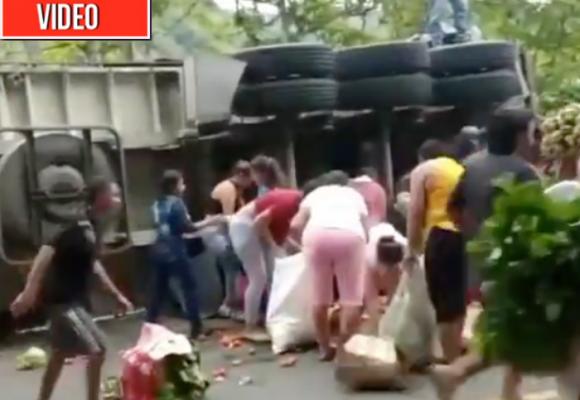 Los paisas también saquean: roban 33 toneladas de verdura de camión que se volcó