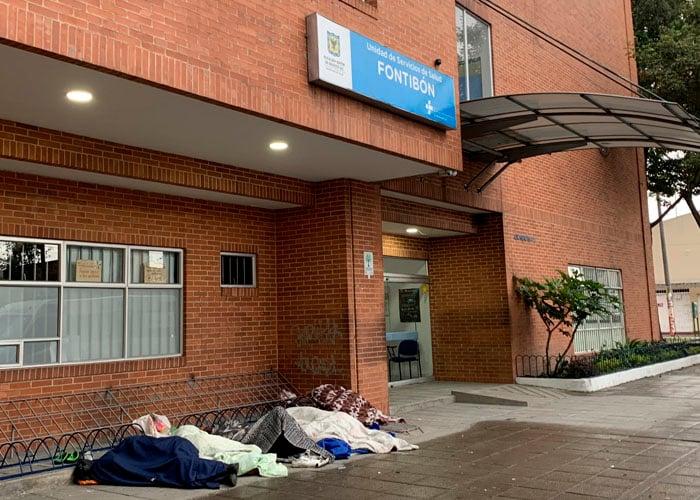 Entre el frio y el coronavirus los enfermos pasan la noche afuera del Hospital Fontibón