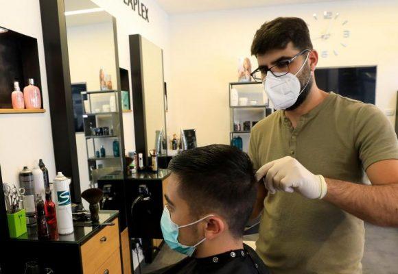 El tapabocas salvó del coronavirus a 139 clientes de una peluqueria