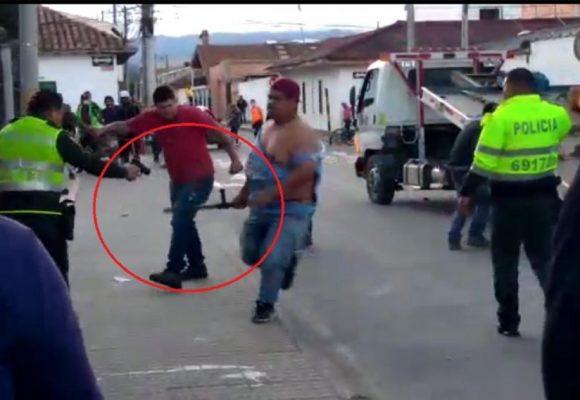 Después de ser golpeado, policía desenfunda arma y dispara sobre ciudadano