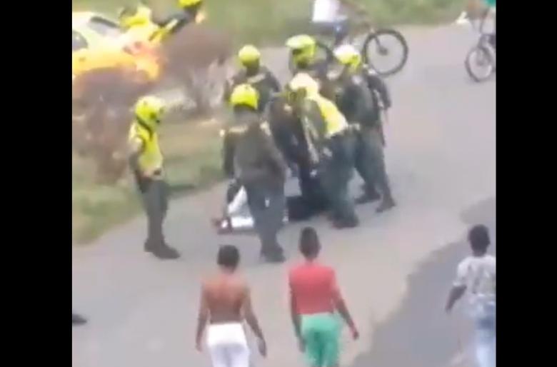 Policías agarran a patadas a hombre desarmado y luego disparan contra niños