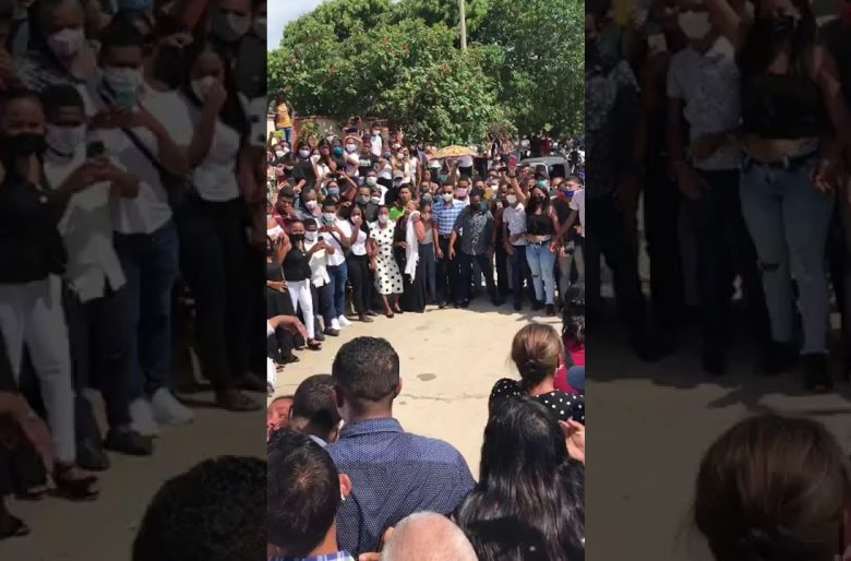 Miles de personas sin tapabocas en entierro en La Guajira