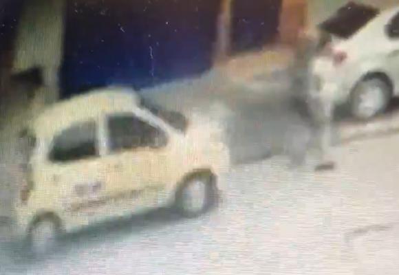 Taxista se intenta volar después de atropellar a joven y a su hija de 2 años