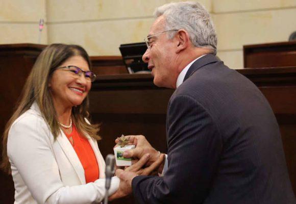 El espaldarazo de Álvaro Uribe a la mujer de Manuel Marulanda por elección en el Congreso