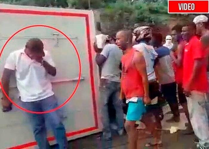 A conductor de camión volcado lo amenazaron con machete para robar 950 kilos de pescado