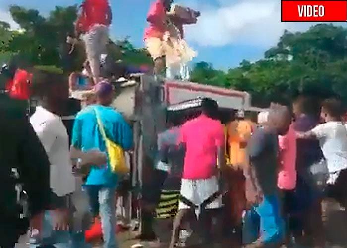 Se voltea otro camión entre Cartagena y Barranquilla y lo vuelven a saquear