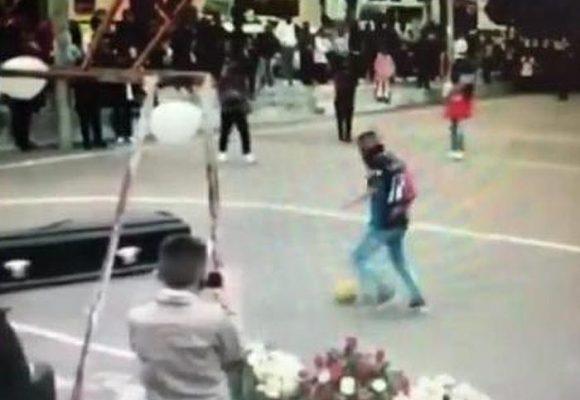 Video - A las malas sacan cadáver de funeraria para que marcara su último gol