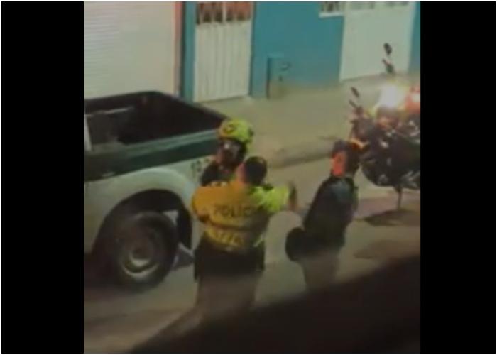 VIDEO: A punta de cachetadas Policía impone comparendos