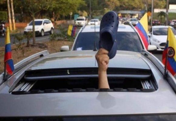 Uribistas sacaron los crocs como símbolo de la honestidad de su líder