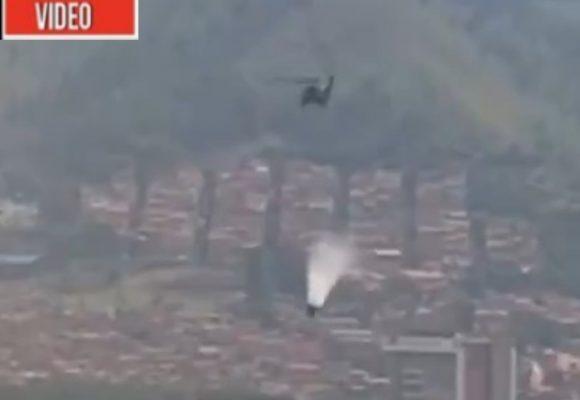 VIDEO: Se desprende tanque de agua de helicóptero que ayudaba apagar incendio