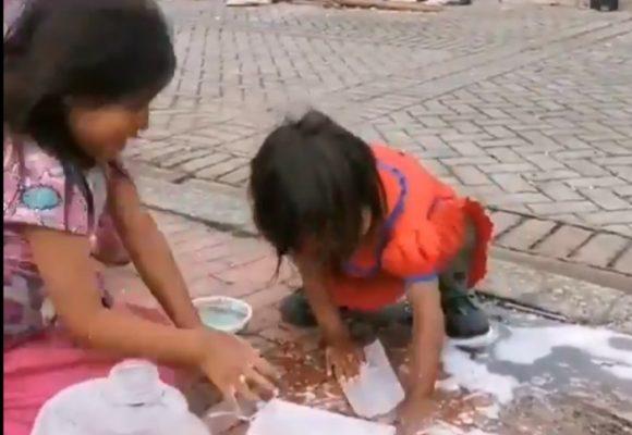 Triste, indigno: niños indígenas lavan su tapabocas en calle bogotana. VIDEO