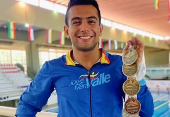 Por indignarse contra las masacres, gobierno le quita patrocinio a campeón de natación