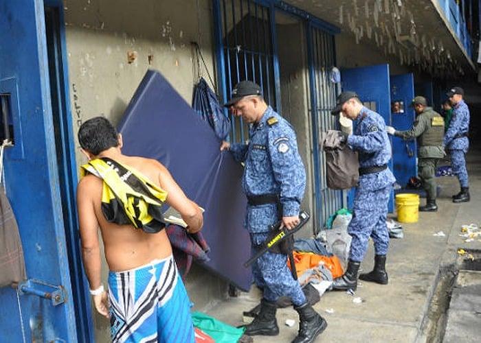 El colmo: mientras los presos se mueren de hambre el Inpec pide donaciones de libros
