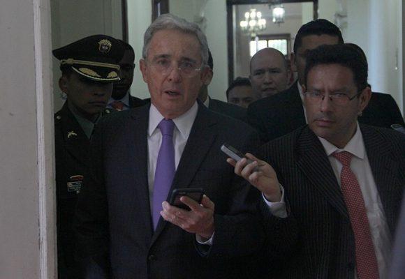 Los trinos que tienen molesto a Uribe en su prisión