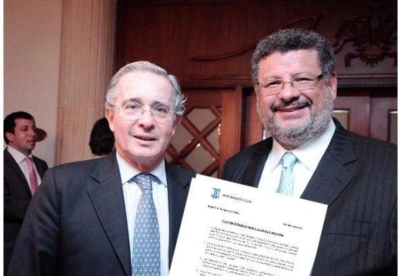 La defensa de Uribe muestra las cartas: que el caso pase a la Fiscalía