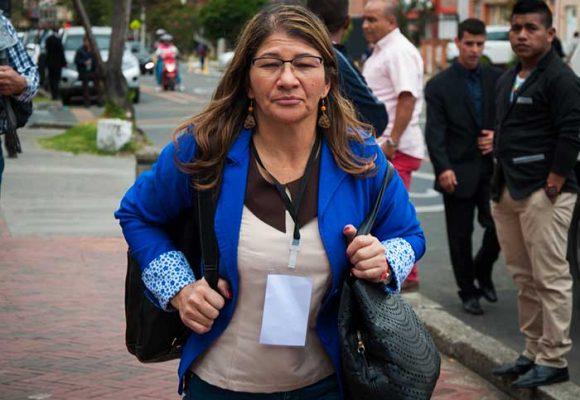 Senadora de las Farc le pidió abrazo a víctima....y la dejaron con los crespos hechos