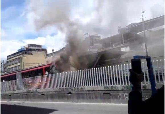 Caos en el centro de Bogotá: se incendia Transmilenio