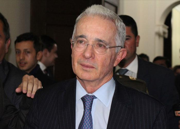 A Uribe se le quiebra la voz narrando el asesinato de su padre