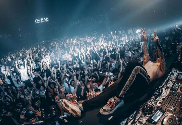 En Wuhan, miles de chinos de concierto tecno, como si nada