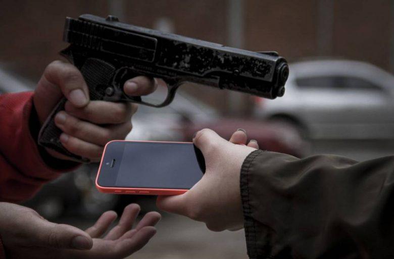 Policía sin uniforme atraca con cuchillo y roba iphone y billetera de ciudadano