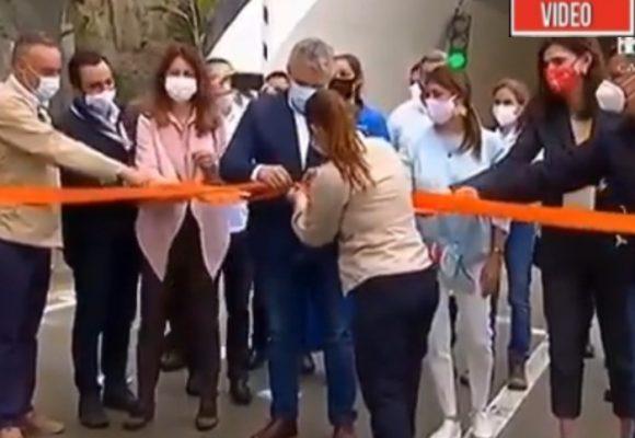 VIDEO: A Duque le queda grande hasta cortar una cinta