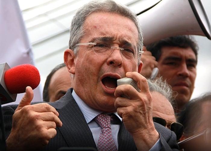 Colombianos le piden a la justicia cerrarle el twitter a Álvaro Uribe