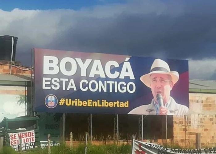 ¿Vallas a favor de Uribe inundan Boyacá?