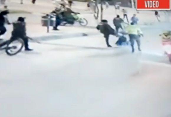 ¡Malditos! A pata, palo y puño una docena de policías golpean a un ciclista. VIDEO