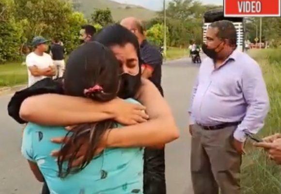 El emocionante abrazo entre la hermana de Juliana y la mamá del soldado que la mató