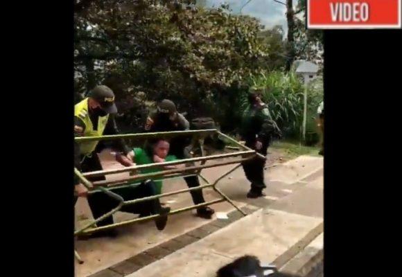 Lo revolcaron y casi lo ahorcan: policía agrede a joven que sólo quería trabajar. VIDEO