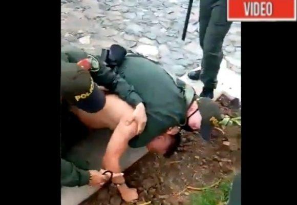 VIDEO: Tres policías casi asfixian campesino en Antioquia por no llevar tapabocas