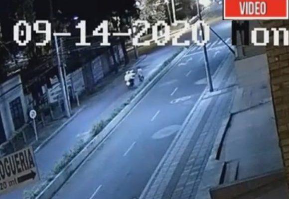 VIDEO: Momento en que policías empujan a ciclista para hacerlo accidentar