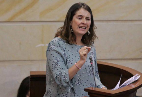 ¿Paloma Valencia está obsesionada con acabar con la educación pública?