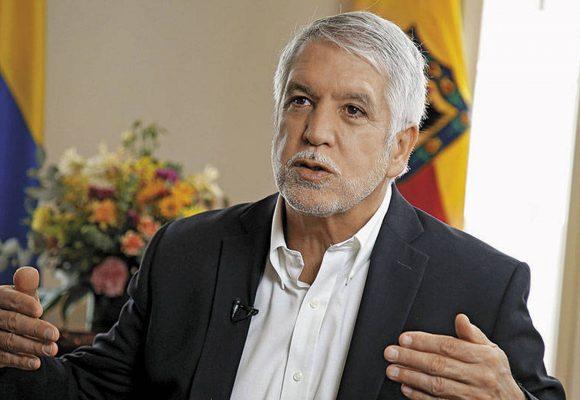 ¿Enrique Peñalosa está buscando ser el candidato presidencial de Uribe en el 2024?