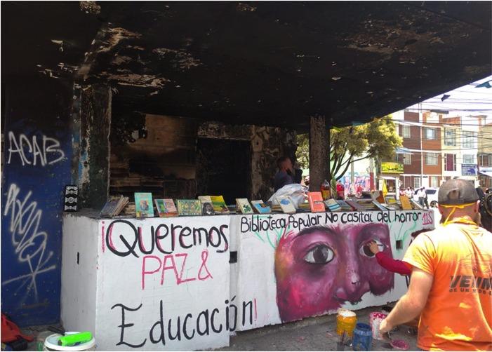 Vecinos convierten un CAI quemado en una biblioteca pública
