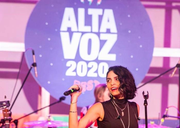 Se desmonta el escenario del Altavoz Fest el primer día de inauguración