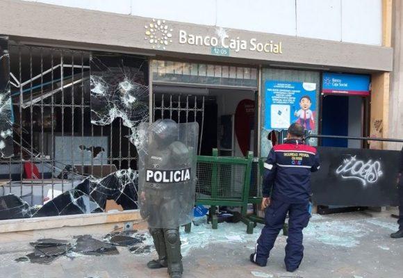 Así quedo una sucursal de un banco en el centro de Bogotá