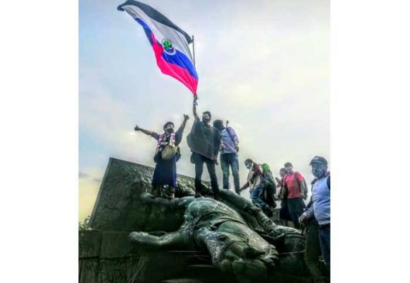Indígenas Misak derriban en Popayan estatua de Sebastián de Belalcázar
