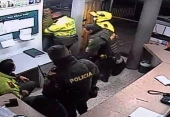 Odio y maldad policial: a Javier Ordoñez lo entraron arrastrando al CAI