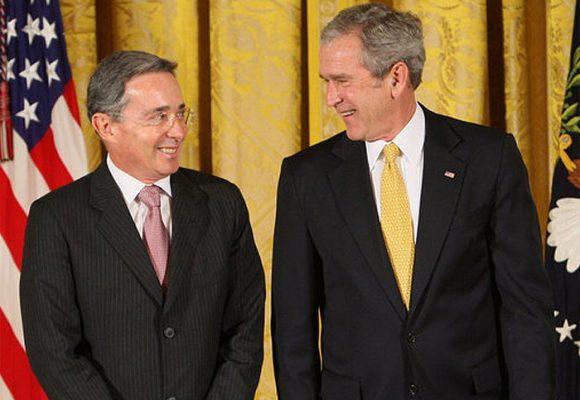 La pose servil de Uribe cuando está al lado de un presidente gringo