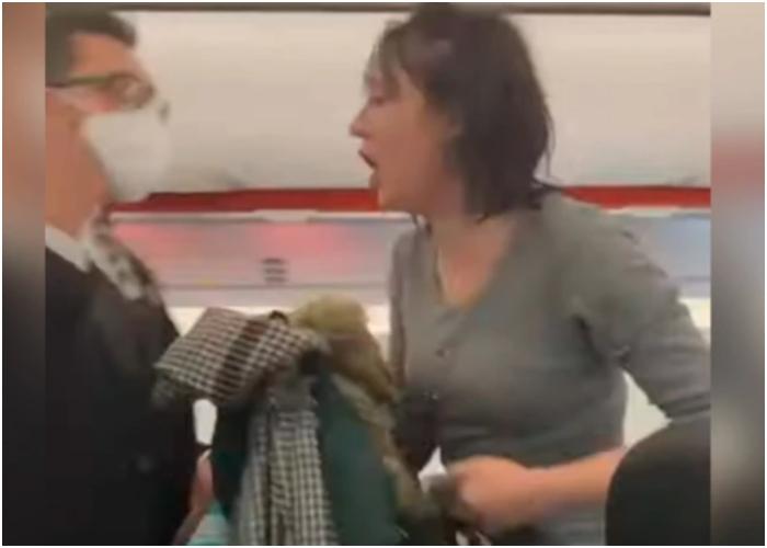 """VIDEO: """"Todos mueren"""" mujer sin tapabocas toce en avión"""