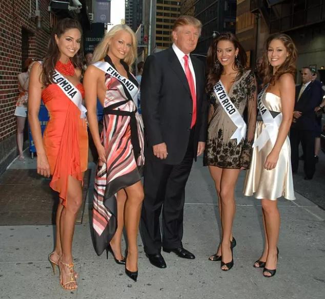 El momento quedó registrado en esta imagen. Según contó Miss Finlandia, quien estaba posando junto a Valerie Domínguez, fue ahí cuando Trump intentó propasarse con ella.