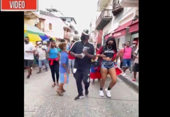 VIDEO: Gringo tira billetes en las calles de Cartagena y causa conmoción